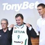 Ant Lietuvos krepšinio rinktinės marškinėlių – lažybų bendrovės TonyBet reklama